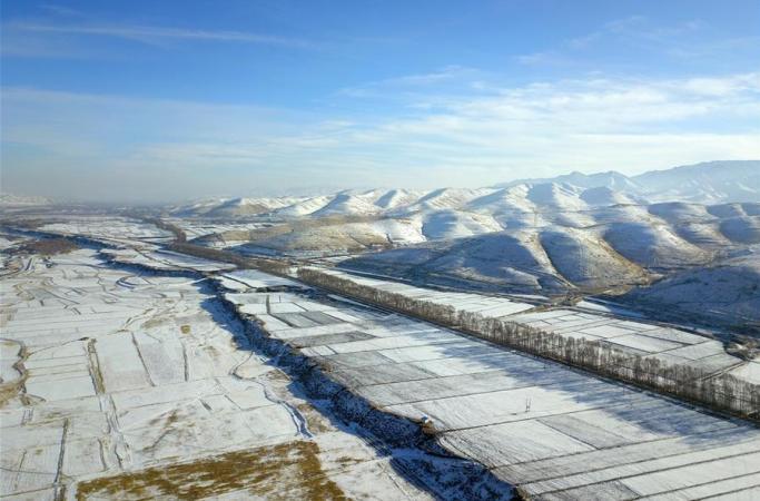 치롄산 기슭의 그림같은 겨울 경치