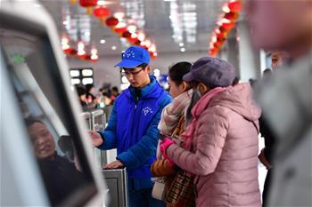 란저우: 귀성길 편리 돕는 자원봉사자 '여행 스튜어드'