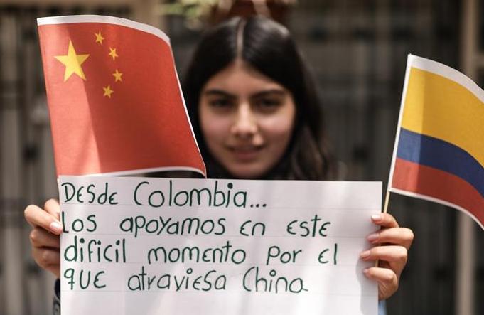 먼 곳에서 전해온 축복—콜롬비아 여자 아이 중국 응원