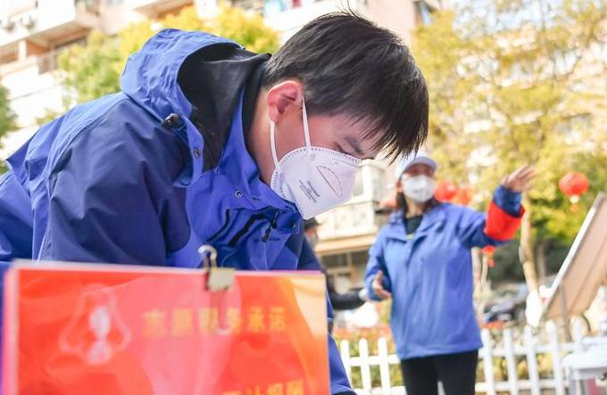 우한: 액션 취하고 있는 자원봉사자