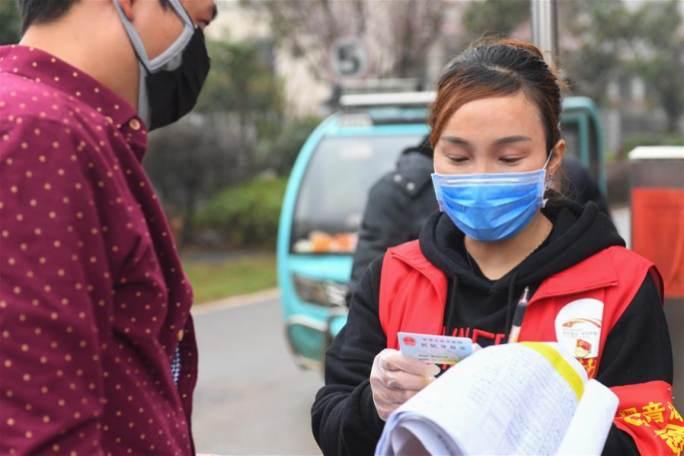 '80後' 자원봉사자 리웨이: 주택단지 방역의 '배려심 있는 집사'