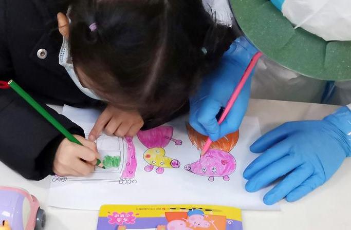 우한 아동병원: 어린이 15명의 임시 '간호사 아빠·엄마'