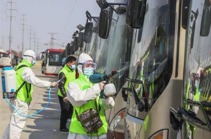 산둥 텅저우: 버스 소독, 운영 재개 준비