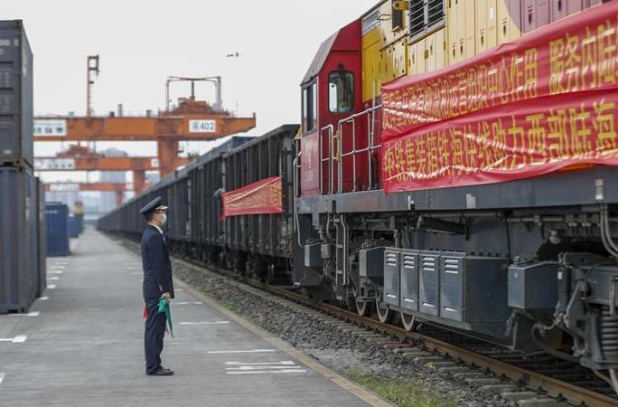 충칭: '서부 육해 신통로' 시외 조업·생산 재개 첫 전용열차 운행