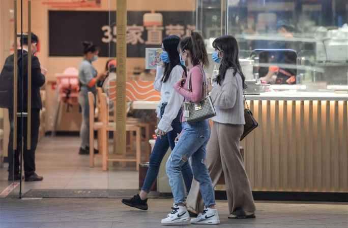 쇼핑센터 영업 재개…마스크 착용하고 쇼핑