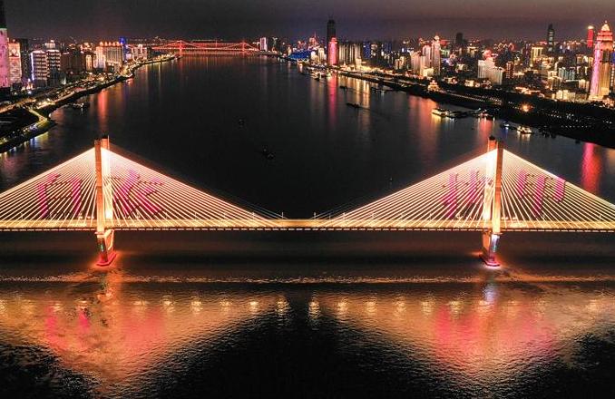 우한, 야경 조명 밝혀 '가장 아름다운 역행자'에게 경의 표해