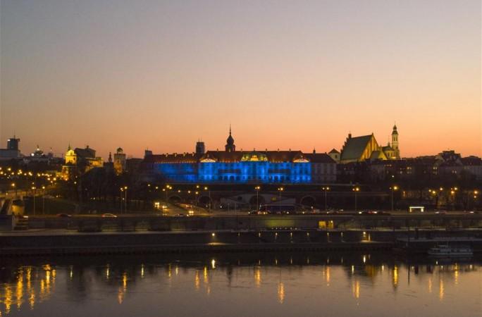 바르샤바: 조명 밝혀 의료진들에게 경의