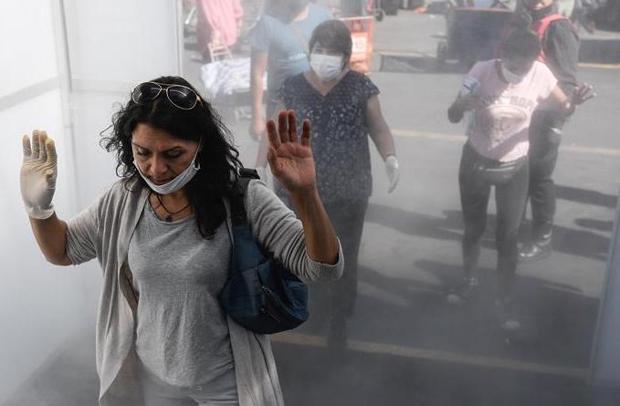 칠레 산티아고, 시장에 코로나19 감염 예방 위해 소독통로 설치