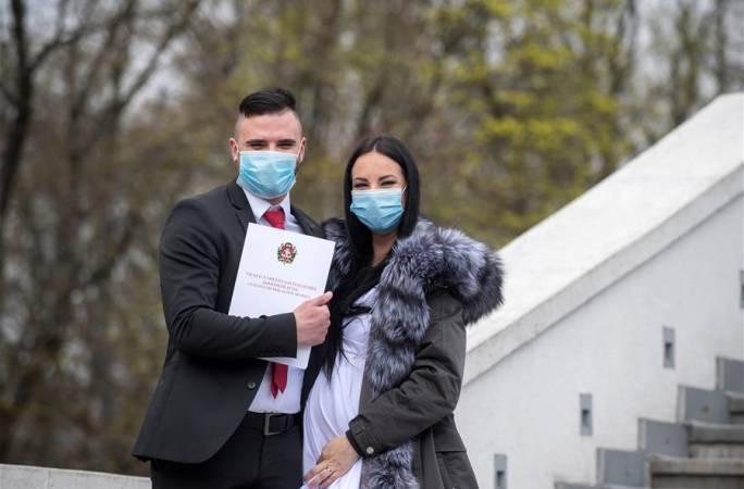 리투아니아: 코로나19 속 '마스크 착용 웨딩'