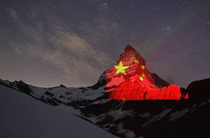 오성홍기 뒤덮인 스위스 마터호른산
