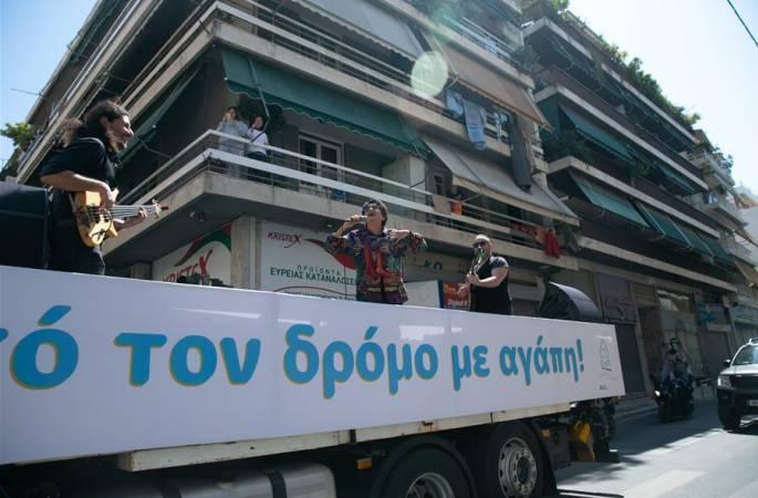 아테네, '트럭 콘서트' 열어 백의 천사에게 경의 표해