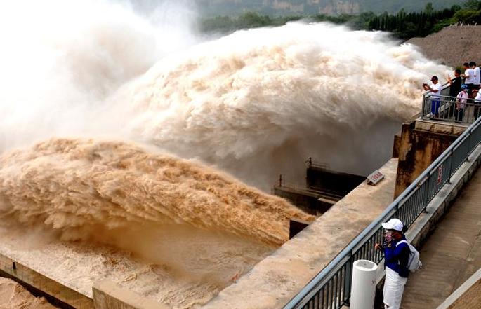 샤오랑디 댐 방류 거센 물줄기 '쌍룡비등' 장관 연출