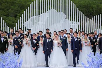 지린 창바이산: '코로나19 방역' 커플의 단체결혼식