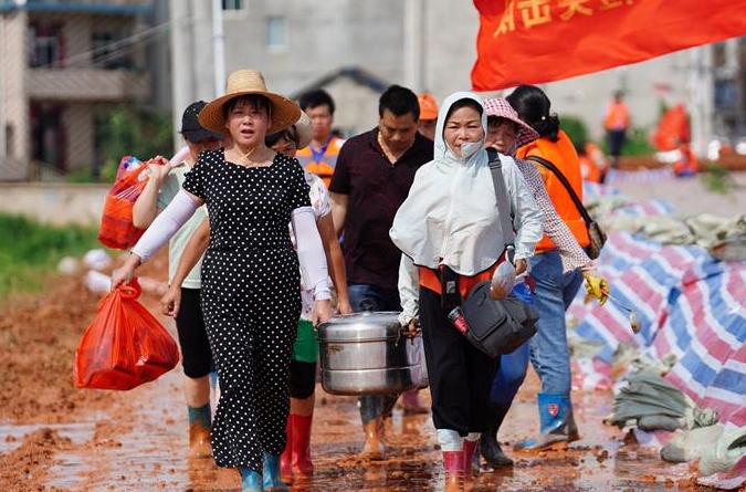 """""""광장무만 출 수 있는 게 아니다. 제방에 올라가 고향을 지킬 수도 있다""""—홍수 대비에 동참한 '아줌마 부대'의 하루"""