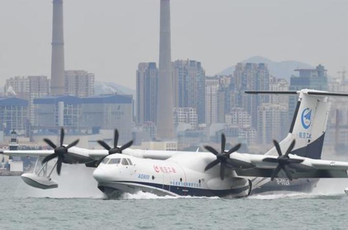 중국산 수륙양용 항공기 AG600 해상 첫 비행 성공