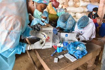 카메룬: 시장 찾은 이동 의료진