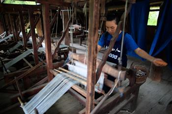구이저우 룽장: 둥족 마을, 옷감 제작 분주
