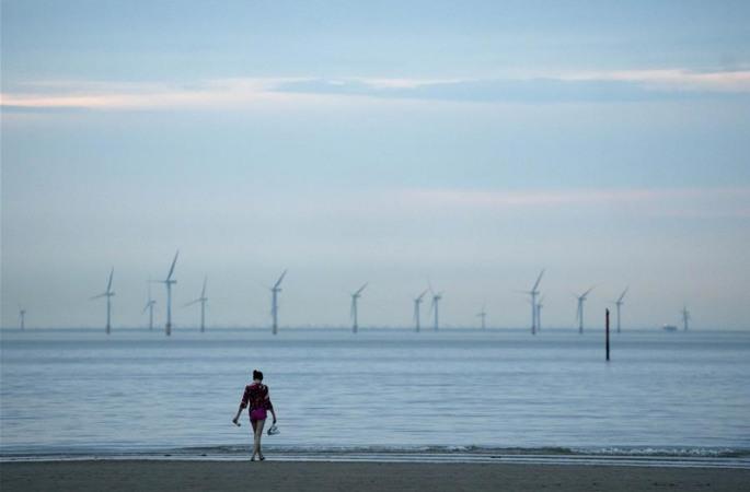 英, 새로운 방역 조치 실시…한산한 해변