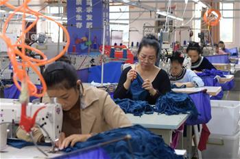 구이저우 룽장: 빈곤구제 작업장 생산 분주