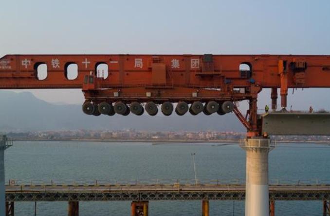 한파 속 바다 위 고속철도 거더 설치 분주