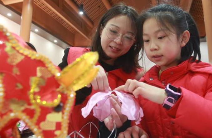 장쑤 양저우, 정월대보름 앞두고 고사리손 꽃등 만들기