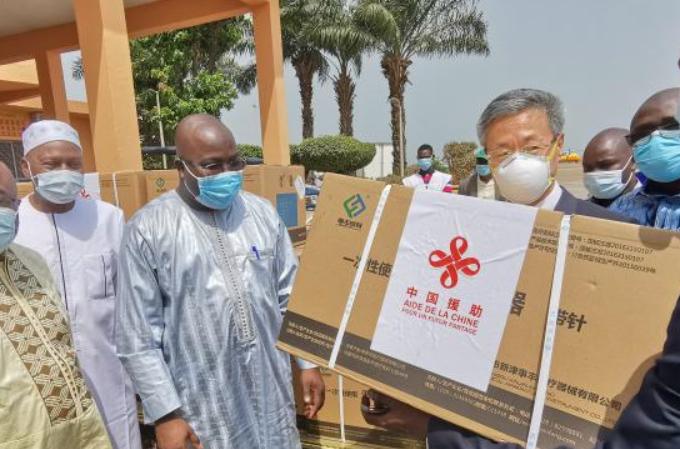 기니에 기증한 중국 코로나19 백신 코나크리에 도착